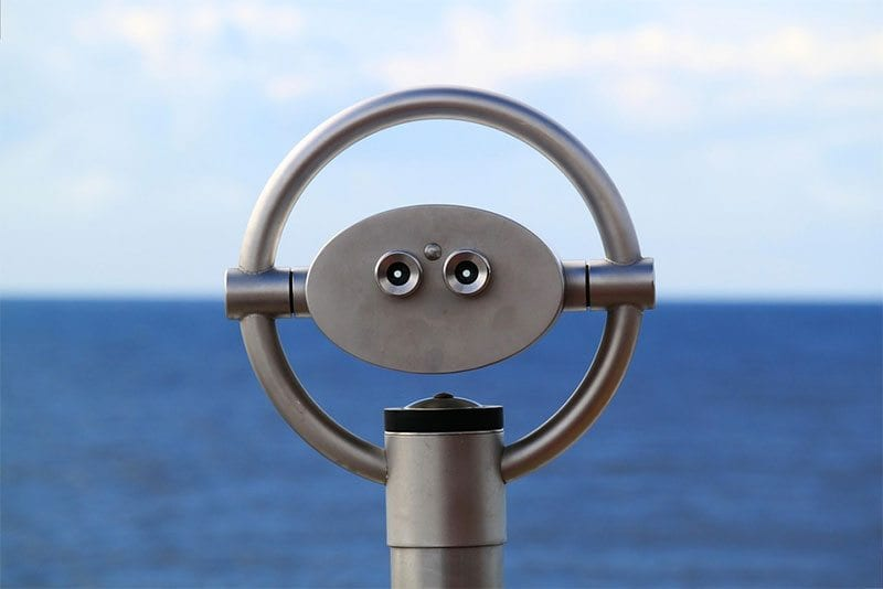 binoculars scanning the horizon - photo: Pixabay